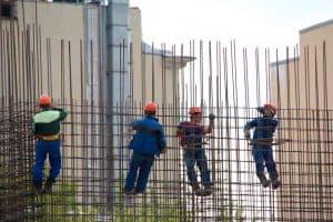 עובדי בניין בזמן עבודה